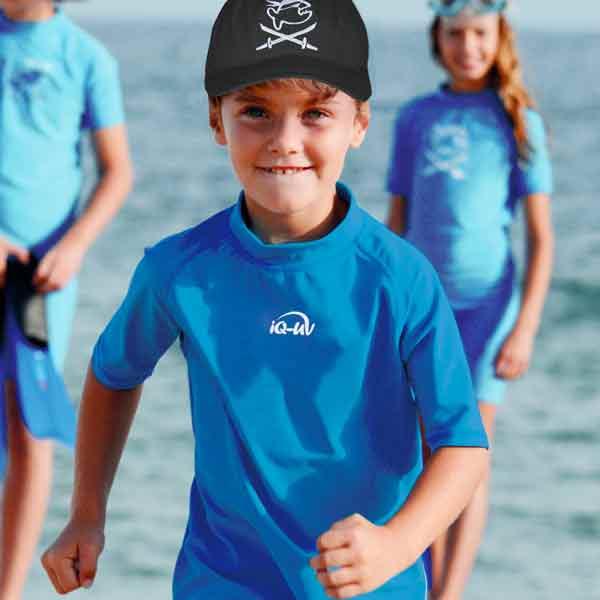 kind am strand trägt uv Sonnenschutz cap und shirt von iquv